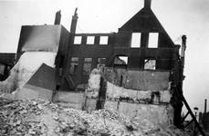 2003-1473 Gezicht op de door het Duitse bombardement van 14 mei 1940 getroffen Van der Duynstraat met restanten van het ...