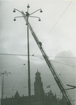 IX-1343-19-15-01-01 Het plaatsen van een lichtmast op het Hofplein tijdens de aanleg van het plein.Op de achtergrond ...