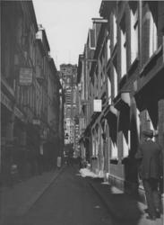 IX-1997 De Molensteeg.Op de achtergrond de toren van de Sint-Laurenskerk.