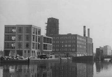 VIII-36-00-36 De Delftsevaart met links Van Stolk's Koninklijke Commissiehandel in aanbouw, een flatblok op de hoek met ...