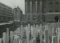 XII-119-00-01 De bouw van het Stadstimmerhuis, de achterzijde van het postkantoor (Coolsingel) aan het Rodezand, links ...