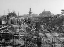 XV-59-06-01 De bouw van het Industriegebouw aan de Goudsesingel.Op de achtergrond o.a. het Oostplein met molen De ...