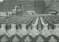 XV-70-06 Gieten van betonpalen op het Hofplein.Op de achtergrond links het hoofdbureau van politie aan het Haagseveer, ...