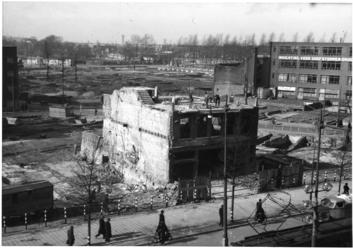 XXXIII-569-45-1 De Coolsingel met de Kruiskade met verwoeste gebouwen als gevolg van het Duitse bombardement van 14 mei ...