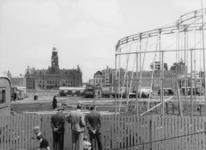 XXXIII-753-00-01-01 Het Schouwburgplein met de opbouw van het circus Mikkenie. Op de achtergrond het stadhuis aan de ...