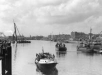 XXXIII-775-00-02-1 Opbouwdag. Het eerste schip, met o.a. burgemeester P.J. Oud aan boord, vaart door de Leuvesluis.