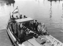 XXXIII-775-00-02-2 Opbouwdag. Het eerste schip, met o.a. burgemeester P.J. Oud aan boord, vaart door de Leuvesluis.
