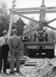 XXXIII-775-00-02-3 Opbouwdag. De eerste pijler voor de luchtbrug over de Westzeedijk die het tentoonstellingsterrein ...