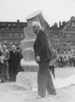 XXXIII-775-00-02-4 Opbouwdag. Burgemeester P.J. Oud onthult op het gazon voor het Bouwcentrum een non-figuratieve beeld ...