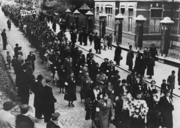 1968-1763 Vrouwen Vredesgang in verband met oorlogsdreiging op de Oostzeedijk Beneden.