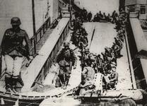 1968-254 Op de voorgrond Duitse troepen bij de vernielde brug bij Maastricht.