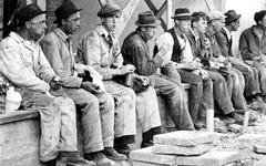 1968-264 Bouwvakarbeiders nemen even tijd voor hun middagboterham bij de in aanbouw zijnde noodwinkel van Voss aan de ...