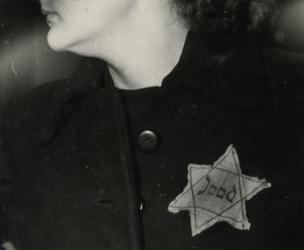 1968-281 Een jodenster op de kleding van een vrouw.