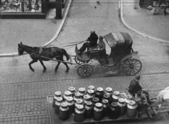 1968-284 Dolle Dinsdag in Utrecht. Een Duitse militair in een gevorderd rijtuig patrouilleert met het geweer in de ...
