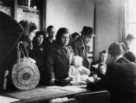 1971-2178 Mensen voor uitreiking van distributiekaarten voor de toonbank van het distributiekantoor aan de Baan.