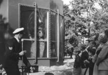 1971-610 Een duiker met zware duikersuitrusting geeft een demonstratie in een duikerklok als onderdeel van de ...