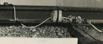 1972-11 Springlading aangebracht op rails van een spoorwegemplacement.