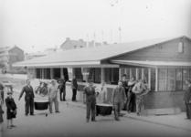 1977-3009 Op de Statenweg (sinds 1958 Bentinckplein) wordt een houten uitdeellokaal van de centrale keuken opgetrokken.
