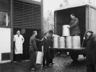 1977-3055 Het voedsel van de centrale keuken wordt per vrachtauto vervoerd.