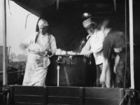 1977-3058 Het vervoer van het voedsel vanr de centrale keuken.