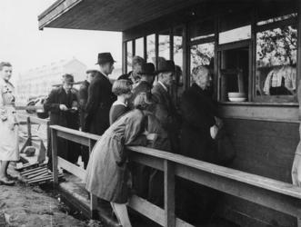 1977-3069 Mensen in de rij voor voedsel van de centrale keuken.