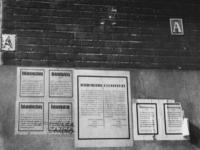 1977-3076 Muur met aanplakbiljetten van de Duitse bezetter (bekendmakingen - Bekanntmachungen).