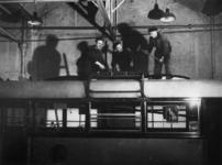 1977-3087 In de RET-werkplaats aan de Isaäc Hubertstraat wordt een autobus omgebouwd tot trolleybus.