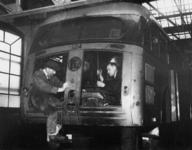 1977-3088 In de RET-werkplaats aan de Isaäc Hubertstraat wordt een autobus omgebouwd tot trolleybus.