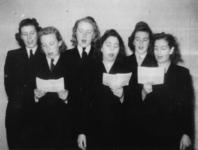 1977-3093 Een zangkoor bestaande uit vijf geüniformeerde vrouwen van de RET (Rotterdamsche Electrische Tram).