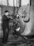 1977-3101 De ketels van de centrale gaarkeuken worden - wegens gebrek aan kolen - met koolteer gestookt.