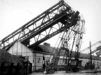 1977-3105 Gezicht op de Maashaven aan de noordzijde met verwoestingen, vernielde loodsen, kranen van Thomsen's ...