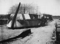 1977-3114 Betonnen schepen voor de Duitse bezetter in aanbouw aan de Merwehaven.