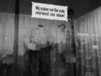 1977-3123 In etalage van modewinkel André Herfkens wordt reclame gemaakt voor het vermaken van oude overhemden: Wij ...