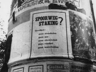 1977-3129 Reclamezuil met aanplakbiljettten en affiches met propagandamateriaal.