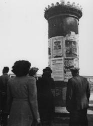 1977-3134 Pamfletten en affiches op een aanplakzuil.