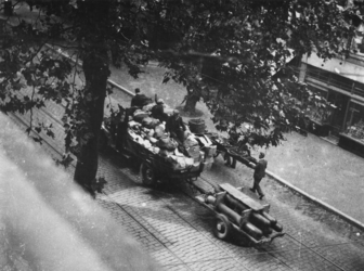 1977-3155 Dolle Dinsdag. Vertrek van Duitse militairen. Op de voorgrond een gecharterd voertuig.