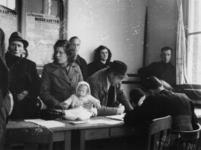 1977-3168 De uitreiking van noodkaarten in het distributiekantoor aan de Baan.