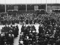1977-3176 De dirigent Eduard Flipse dirigeert het Rotterdams Philharmonisch Orkest in het Beursgebouw.