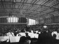 1977-3177 De dirigent Eduard Flipse dirigeert het Rotterdams Philharmonisch Orkest in het Beursgebouw.