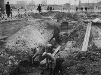 1977-3197 Bij de Goudsesingel vinden archeologische opgravingen plaats. Rechts op de achtergrond de noodwinkels.