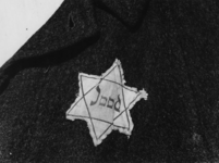 1977-3202 Tijdens de bezetting en Jodenververvolging in de Tweede Wereldoorlog. Jodenster op kleding.