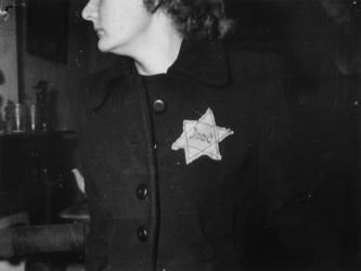 1977-3203 Tijdens de bezetting en Jodenververvolging in de Tweede Wereldoorlog. Jodenster op kleding van vrouw.
