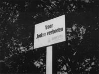 1977-3204 Tijdens de bezetting en Jodenververvolging in de Tweede Wereldoorlog. Bord met tekst: Voor Joden verboden bij ...