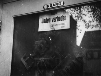 1977-3205 Tijdens de bezetting en Jodenververvolging in de Tweede Wereldoorlog. Bord met tekst: Voor Joden verboden bij ...