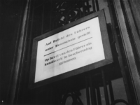 1977-3250 Bord met Duits-Nederlands opschrift: Auf Befehl des Führers unter Kunstschutz gestellt - Op bevel van den ...
