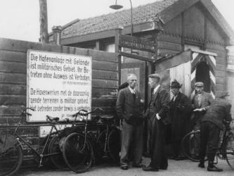 1977-3252 Bord aan pand met het Duits-Nederlandse opschrift: Die Hafenanlage mit Gelände ist militärisches Gebiet. Ihr ...