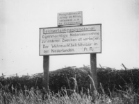 1977-3253 Verbodsbord met Duitse tekst in de buurt van Gorinchem.