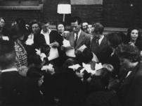 1977-3277 Tijdens de bezetting in de Tweede Wereldoorlog. Sociale zorg. Een groep voor de kinderuitzending naar de ...