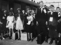 1977-3278 Tijdens de bezetting in de Tweede Wereldoorlog. Sociale zorg. Kinderuitzending van het station Delftse Poort ...