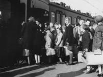 1977-3279 Tijdens de bezetting in de Tweede Wereldoorlog. Sociale zorg. Kinderuitzending van het station Delftse Poort ...